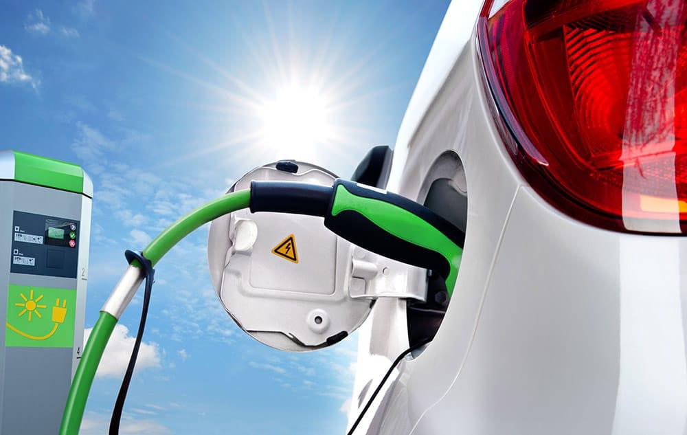 Elektroauto und Anhänger an Solartankstelle