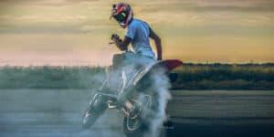 Motorrad auf Anhänger